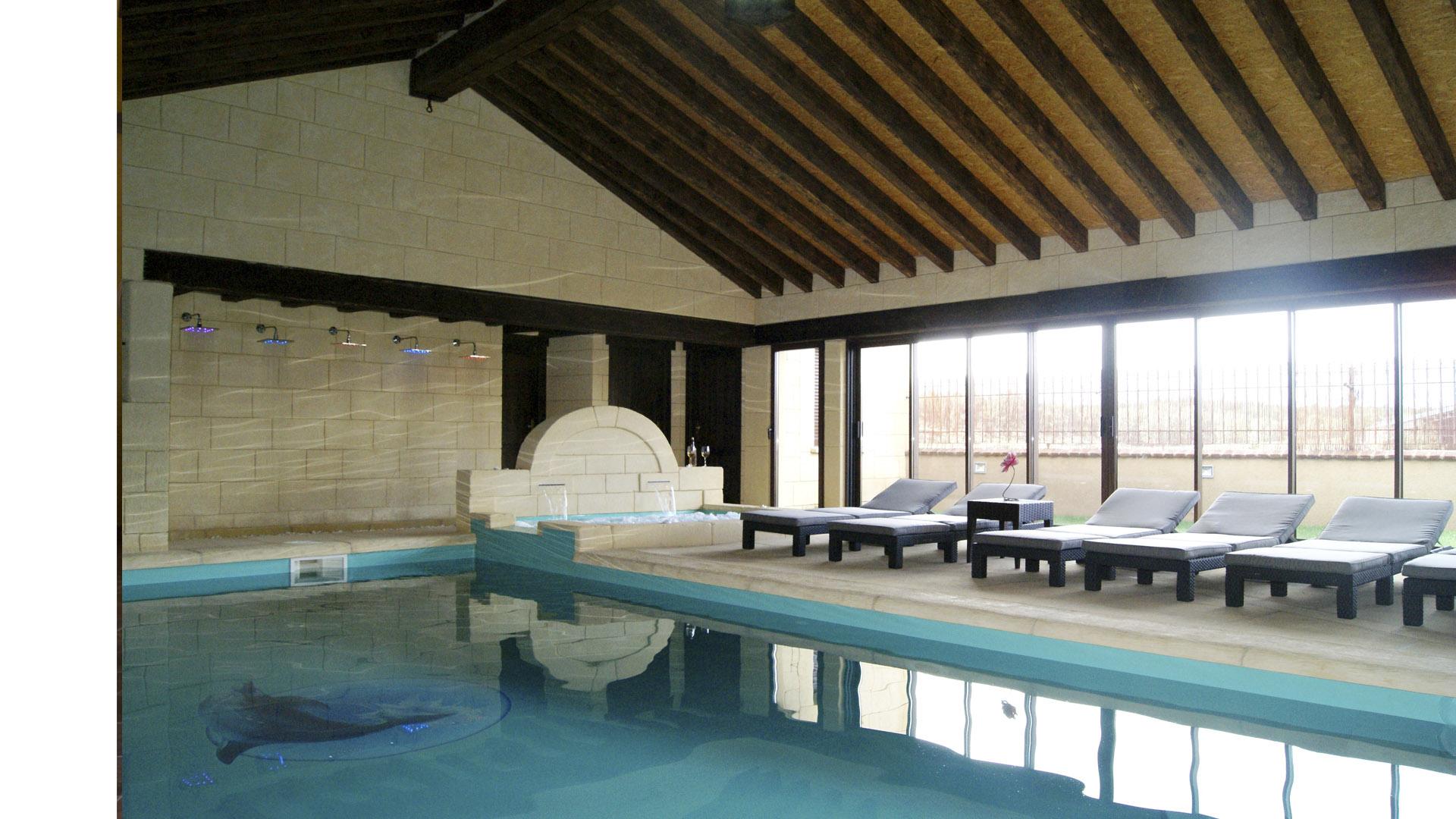 Casas con piscina interior cubiertas de piscina casa con for Casa rural piscina climatizada interior